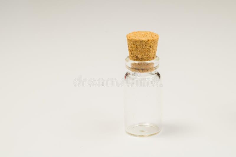 Leeg weinig fles met cork kurk die op wit wordt geïsoleerd Transparante Container Reageerbuis De ruimte van het exemplaar royalty-vrije stock afbeeldingen