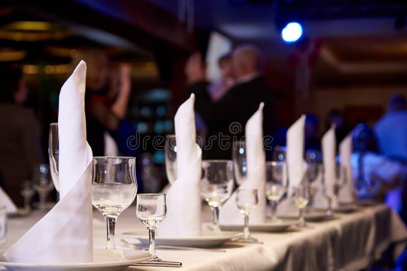 Leeg wijnglas op de banketlijst Lijst die voor een banket of een dinerpartij plaatsen stock afbeeldingen