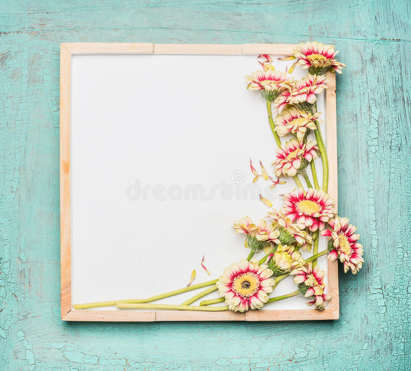 Leeg wit bord en mooie bloemenbos op turkooise sjofele elegante achtergrond royalty-vrije stock afbeelding