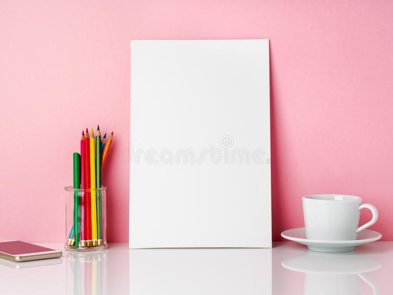 Leeg wit kader en kleurpotlood in kruik, kop van koffier thee op een wh stock foto