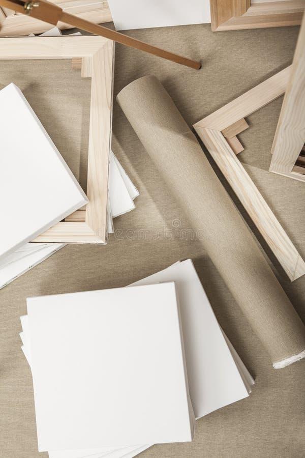 Leeg wit schilderscanvases en canvasbroodje en schildersezel - schildersprogramma royalty-vrije stock afbeelding
