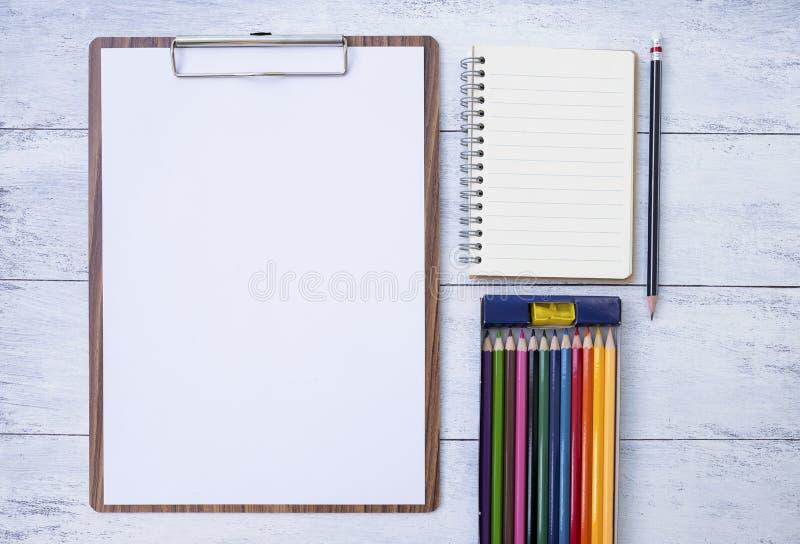 Leeg Witboek en leeg notitieboekje met kleurenpotlood stock afbeelding