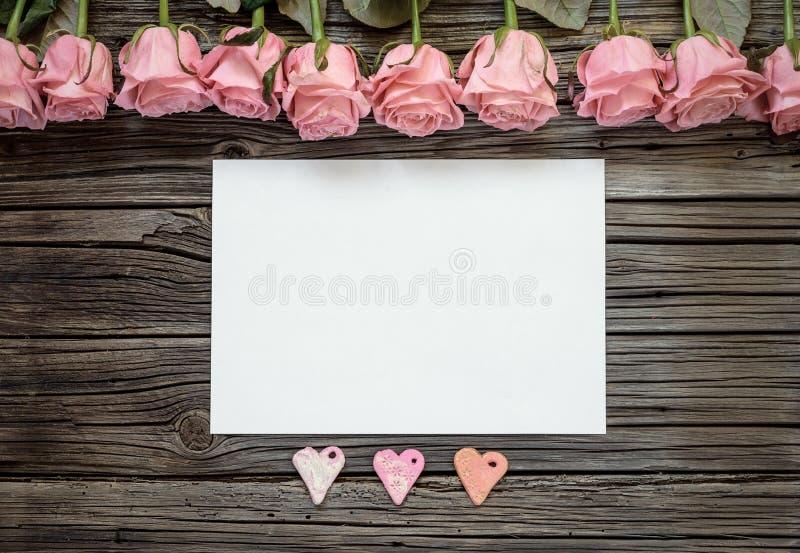 Leeg Witboek met drie harten en rozen stock foto's