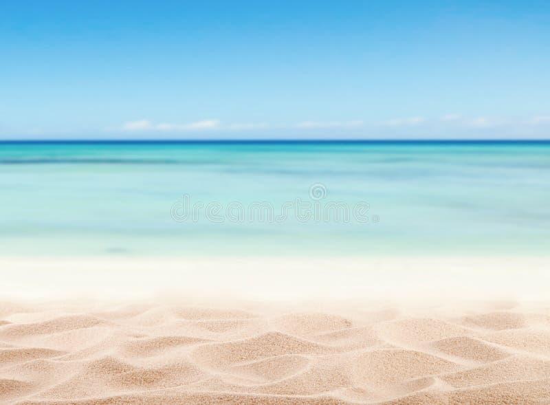 Leeg zandig strand met overzees royalty-vrije stock afbeeldingen