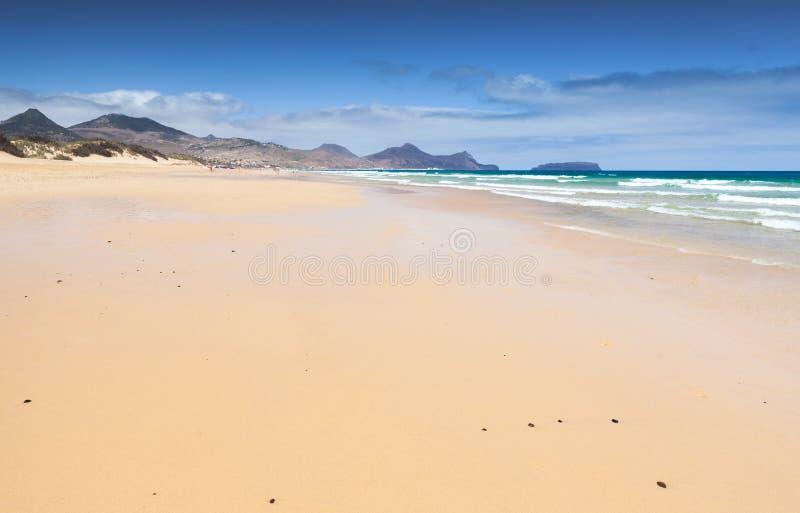 Leeg zandig strandlandschap Porto Santo stock foto