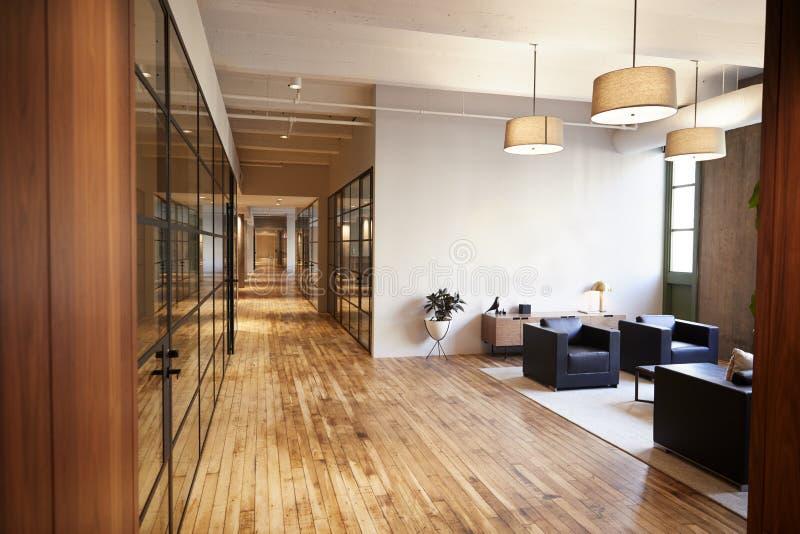 Leeg zitkamer en vergaderingsgebied in luxehandelsruimte royalty-vrije stock afbeeldingen