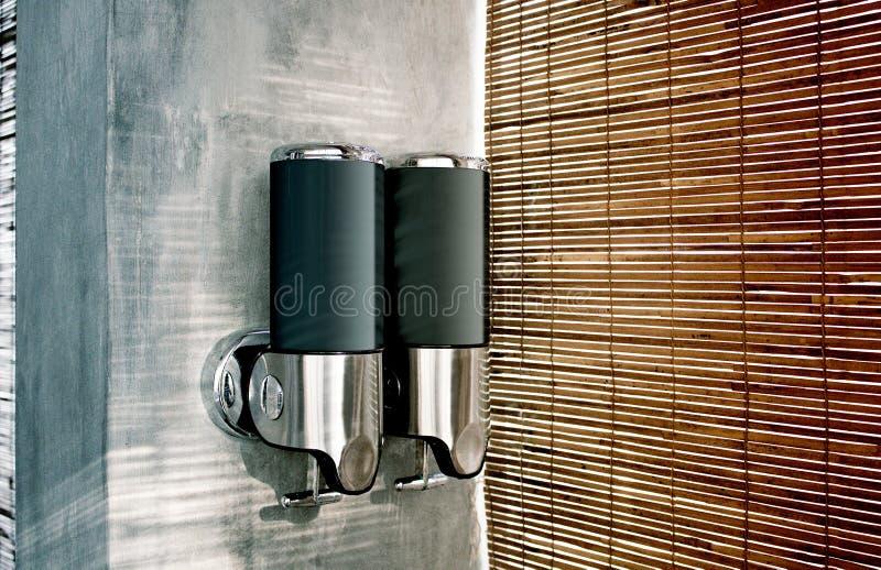 Leeg zwart shampoo en lotionautomaatmodel, zijaanzicht royalty-vrije stock afbeeldingen
