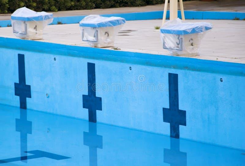 Leeg zwembad met zwemmende startblokken stock fotografie