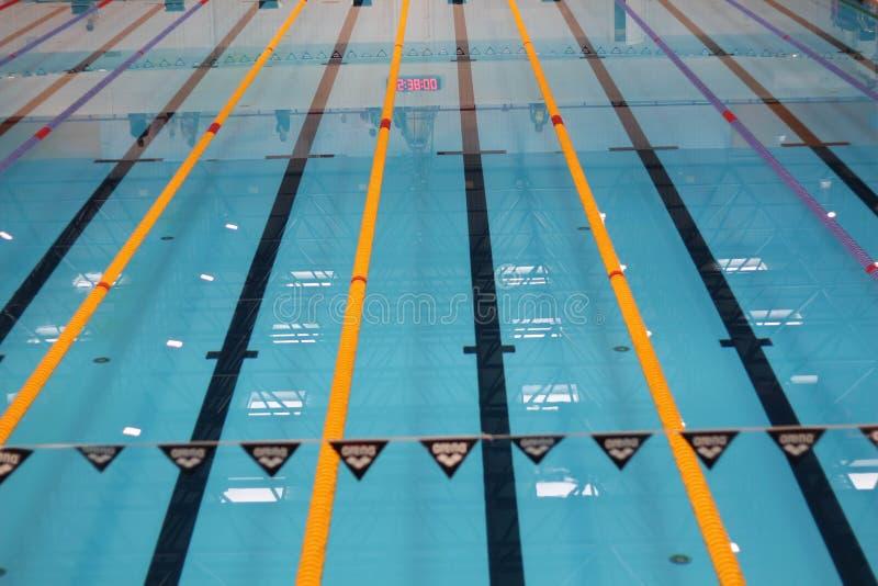 Leeg zwembad zonder mensen met stil bevindend blauw, duidelijk water Watersporten in binnenpool royalty-vrije stock afbeeldingen