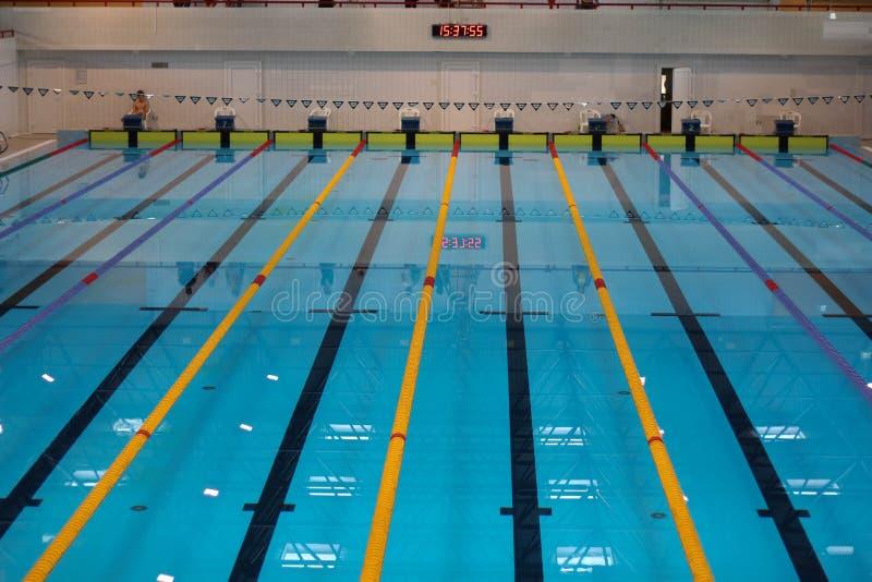 Leeg zwembad zonder mensen met stil bevindend blauw, duidelijk water Watersporten in binnenpool royalty-vrije stock foto