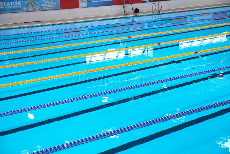 Leeg zwembad zonder mensen met stil bevindend blauw, duidelijk water Watersporten in binnenpool stock afbeelding