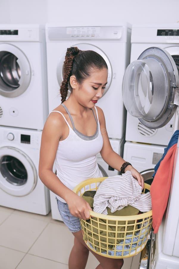 Leegmakende wasmachine stock foto