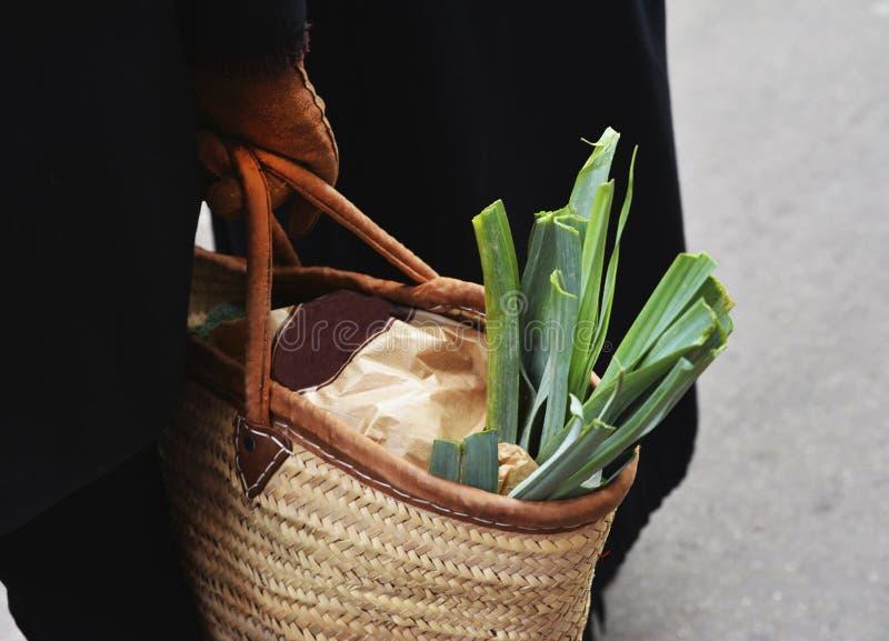 Leek w słomianej torbie w rękach zdjęcia royalty free