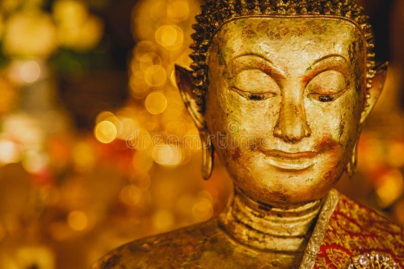 Leende av den guld- Buddha, framsida av guld- buddha med bokehbakgrund, Thailand, Asien, fotografering för bildbyråer