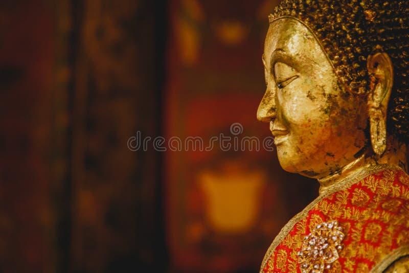 Leende av den guld- Buddha på beside, framsidan av guld- buddha, reputability och fridsamt, Thailand, Asien, royaltyfri bild