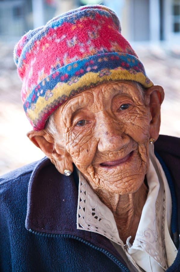 Leende för gammal lady med lyckligt arkivfoton