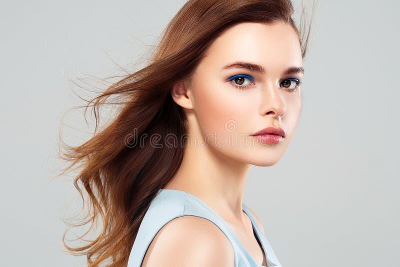 Leende för hud för skönhet för härlig kvinnabrunett sunt Spa Beautifu arkivbild