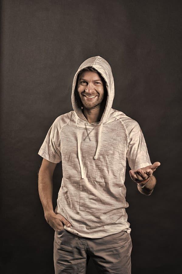 Leende f?r modemodell i hoodietshirt Lycklig man med sk?gget i huv Sk?ggig tillf?llig tr?ja f?r mankl?der aktiv livsstil royaltyfri foto