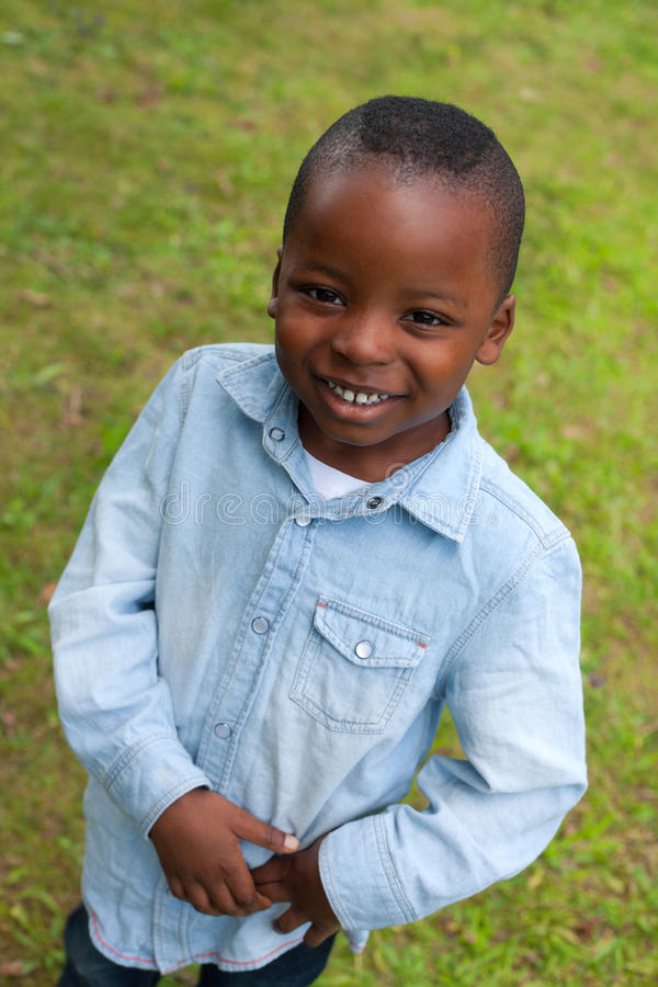 Leende med den afrikanska pojken royaltyfri foto