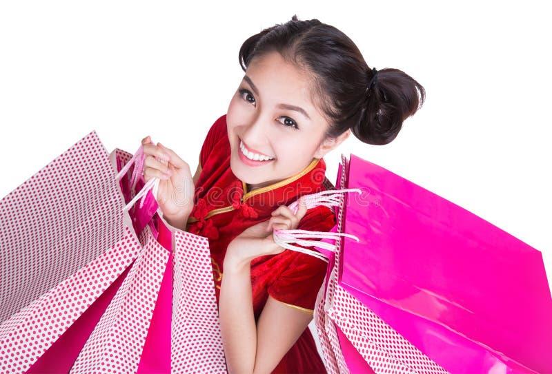 Leende och shopping för härlig Asien flicka lyckligt arkivfoton