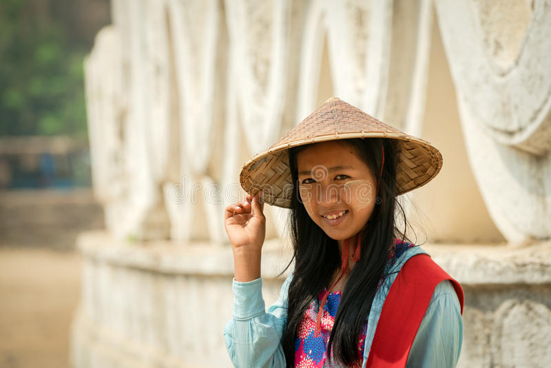 Leende på Burmakvinnaframsida i mandalay Myanmar royaltyfria bilder