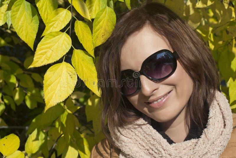 Download Leendeflicka Under Gula Leaves Arkivfoto - Bild av gulligt, utomhus: 27281594