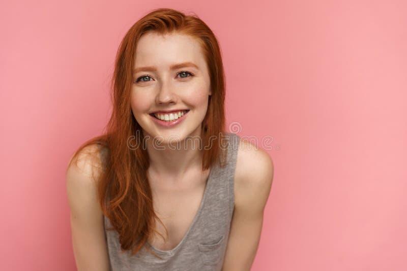Leenden för ung kvinna för rödhårig man på kameran som framåtriktat lutar, närbild arkivbild