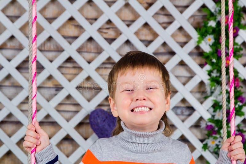 Leendet för barn` s är alla tänder pojken ler brett Behandla som ett barn sunda tänder för mejeri royaltyfri bild