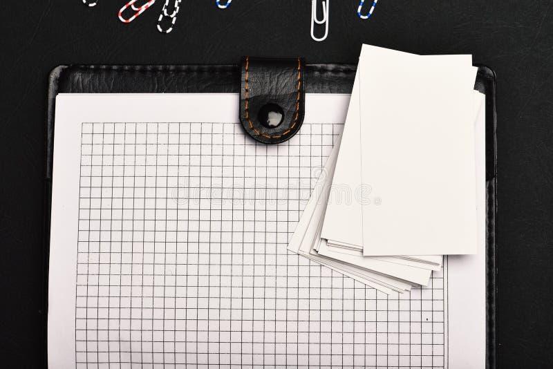 Leer behandeld notitieboekje met blanco pagina's op zwarte achtergrond stock fotografie