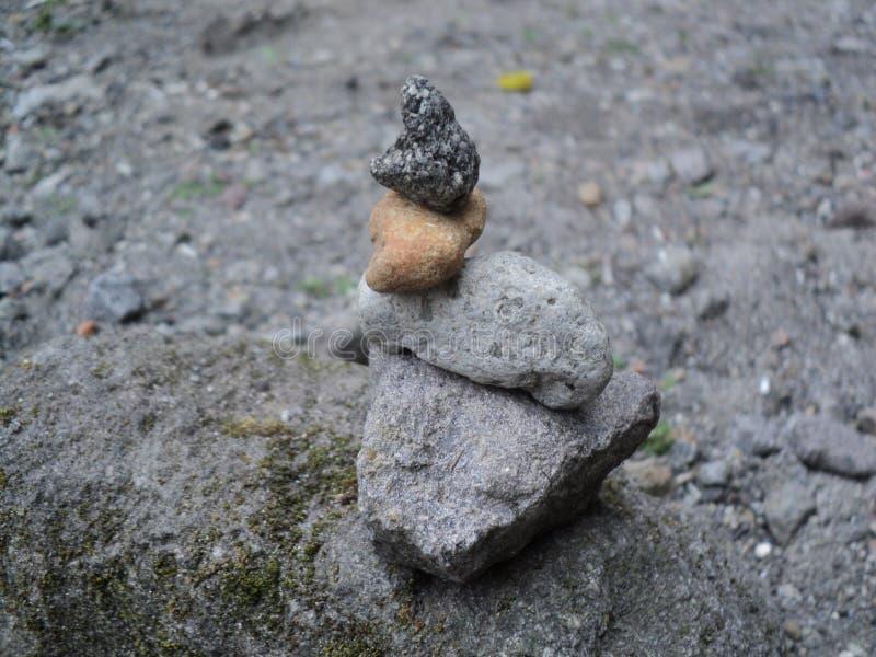 Leer de kunst van het stapelen van stenen royalty-vrije stock afbeelding
