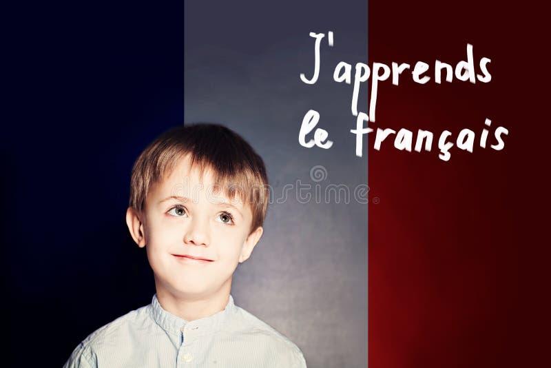 Leer Frans taalconcept Gelukkige kindstudent stock foto