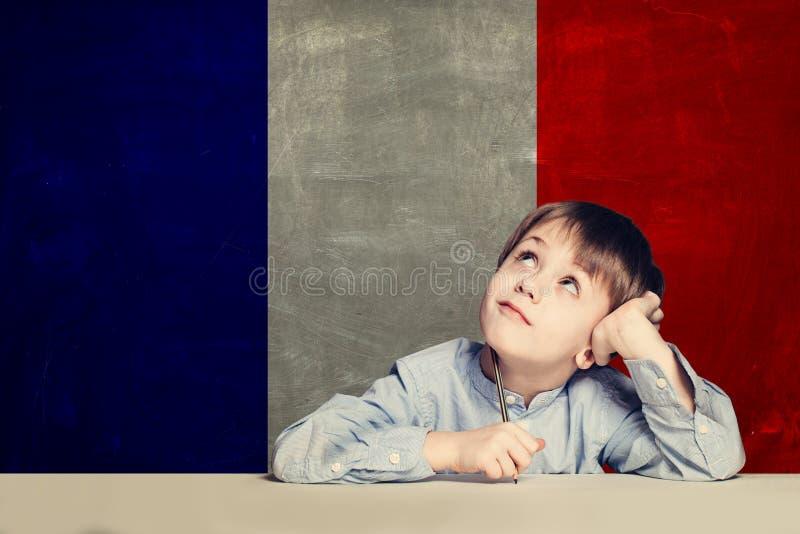 Leer Frans taalconcept Gelukkige kindstudent met vlag stock afbeeldingen
