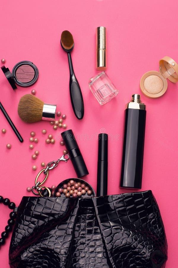 Leer kosmetische zak met mooie toebehoren royalty-vrije stock afbeelding