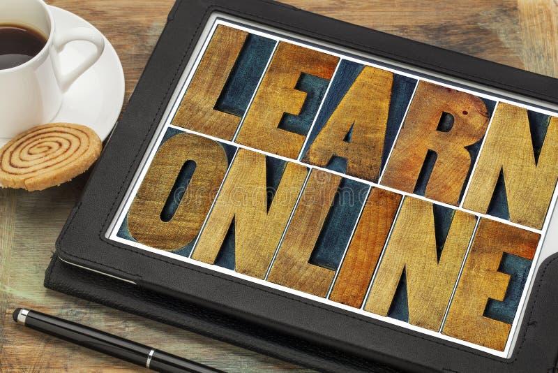 Leer online in letterzetsel houten type stock afbeelding