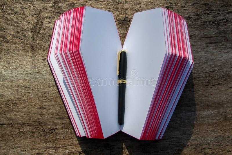 Leerboek in vorm van doodskist, met een potlood op het stock afbeeldingen