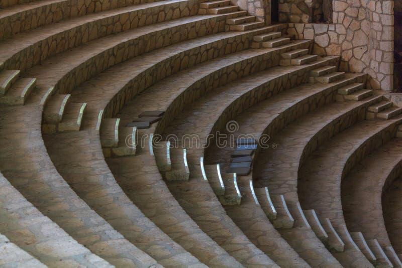 Leere Amphitheaterschritte gemacht vom weißen Stein stockfotos