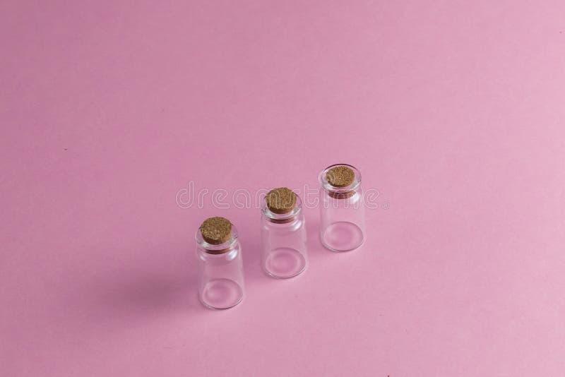 Leere Ampullen auf der rosa Tabelle lizenzfreies stockfoto
