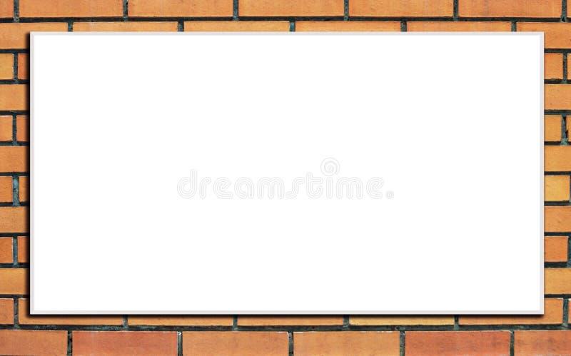 Leere Anschlagtafel auf der bunten orange Backsteinmauer Spott oben Bekanntmachen des Konzeptes stockfotos
