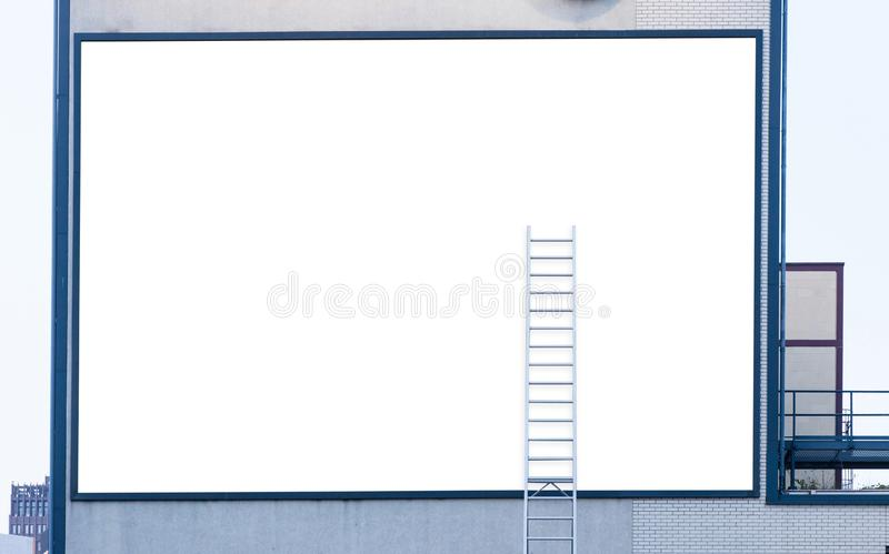 Leere Anschlagtafel mit Leiter stockbilder