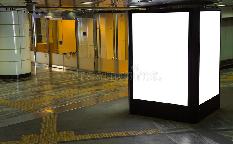 Leere Anschlagtafeln in einem U-Bahnstations-Hintergrund stockfotos