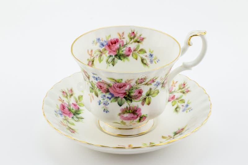 Leere antike Tasse und Untertasse mit der rosafarbenen Dekoration lokalisiert auf wh lizenzfreie stockfotos