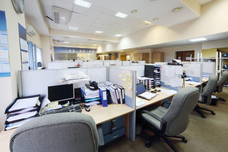 Leere Arbeitsplätze getrennt durch Fach stockfotografie