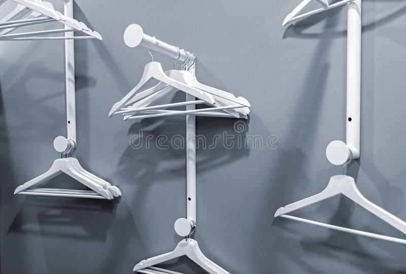 Leere Aufhänger, die an einem Kleiderständer hängen stockbild