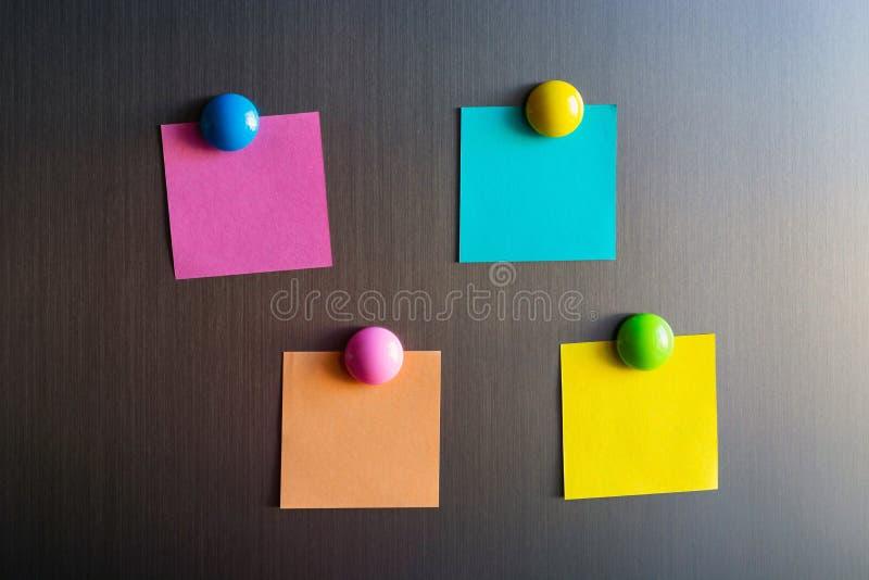 Leere Aufkleber für Anmerkungen über den Kühlschrank befestigt mit Magneten lizenzfreie stockbilder