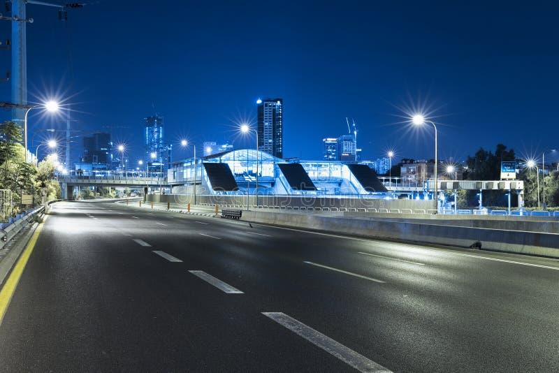 Leere Autobahn an der Nacht und an Telefon Aviv Cityscape stockfotos