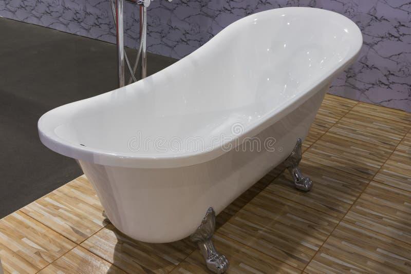 Leere Badewanne der schönen Luxusweinlese lizenzfreies stockbild