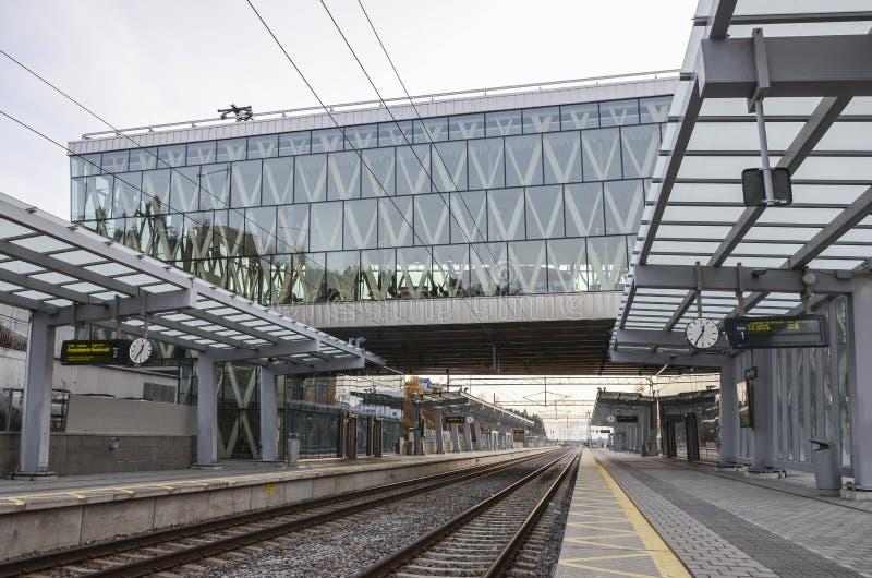 Leere Bahnstation stockfotos