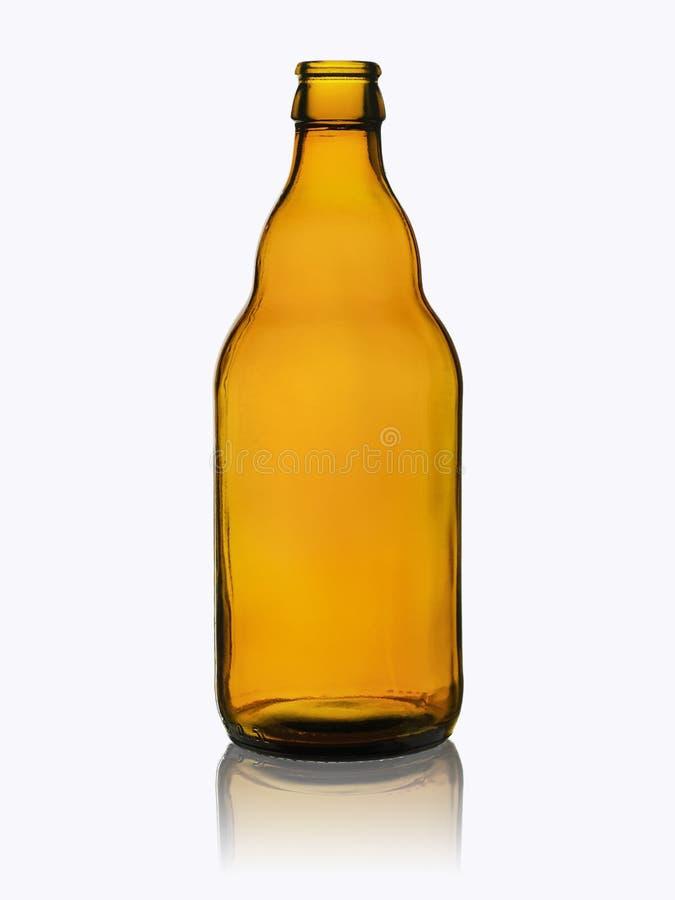 Leere Bierflasche vom dunklen Glas ohne die Abdeckung mit Reflexion lokalisiert auf einem weißen Hintergrund stockfotografie