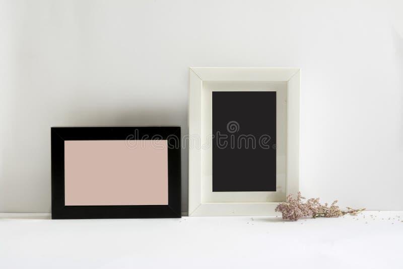 Leere Bilderrahmen, verziert mit rosa Blumen stockfotos