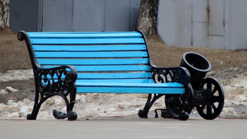 Leere blaue Bank im Park stockbild